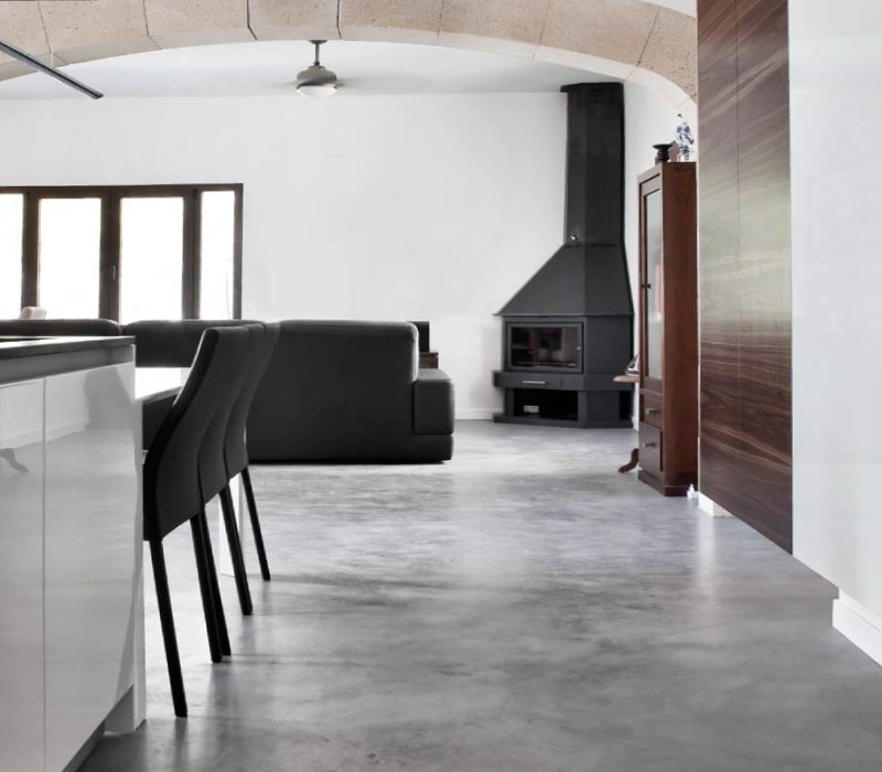 Office con suelo en microcemento