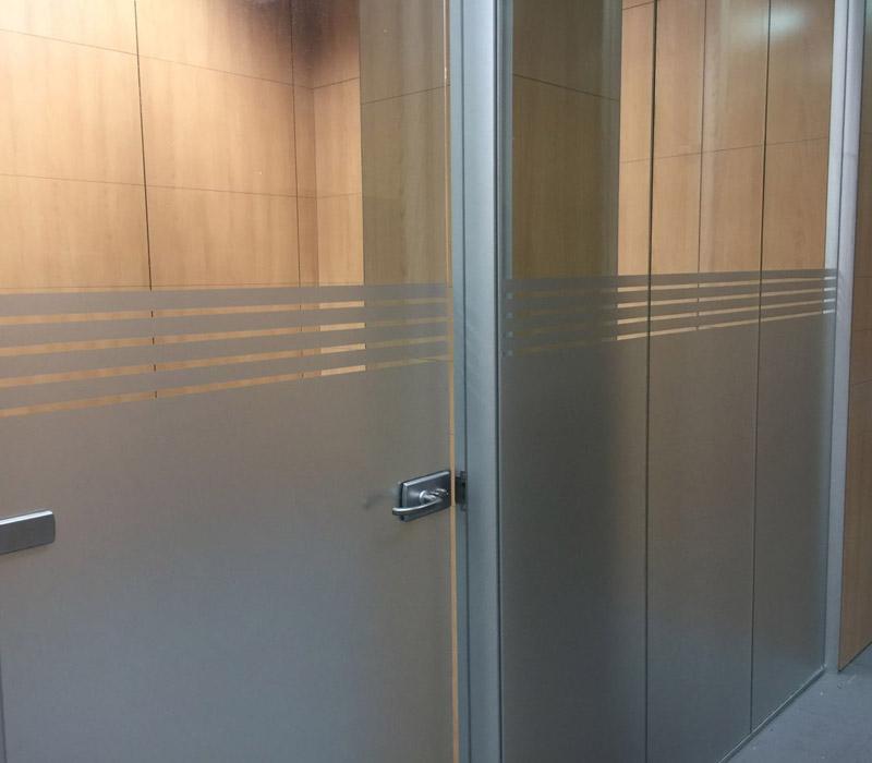 Vinilo al ácido para dar privacidad a oficinas