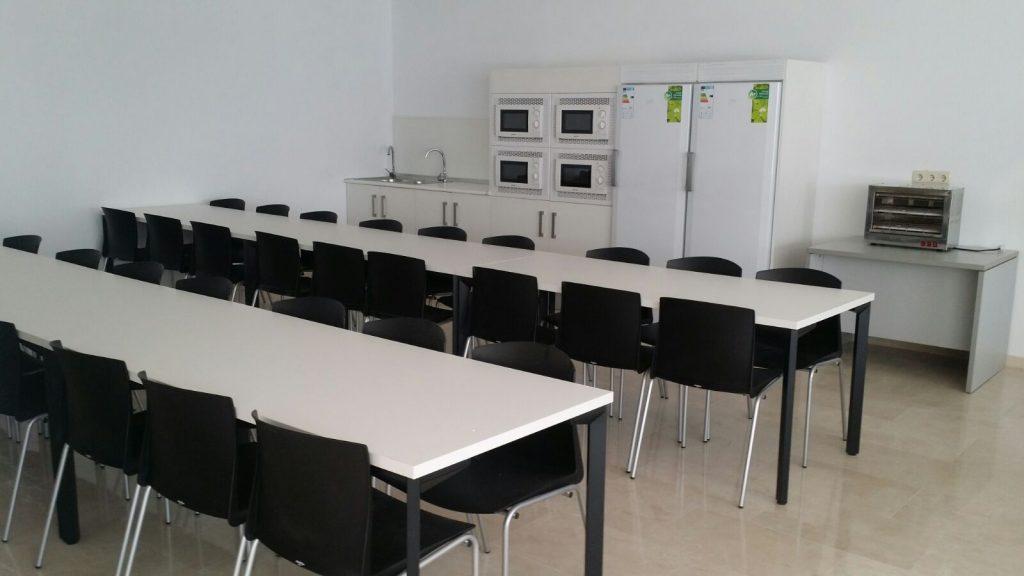 Mobiliario de oficina para un call center en sevilla for Mobiliario comedor
