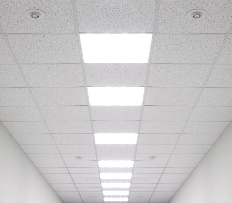 Falso techo de escayola con luminaria modular