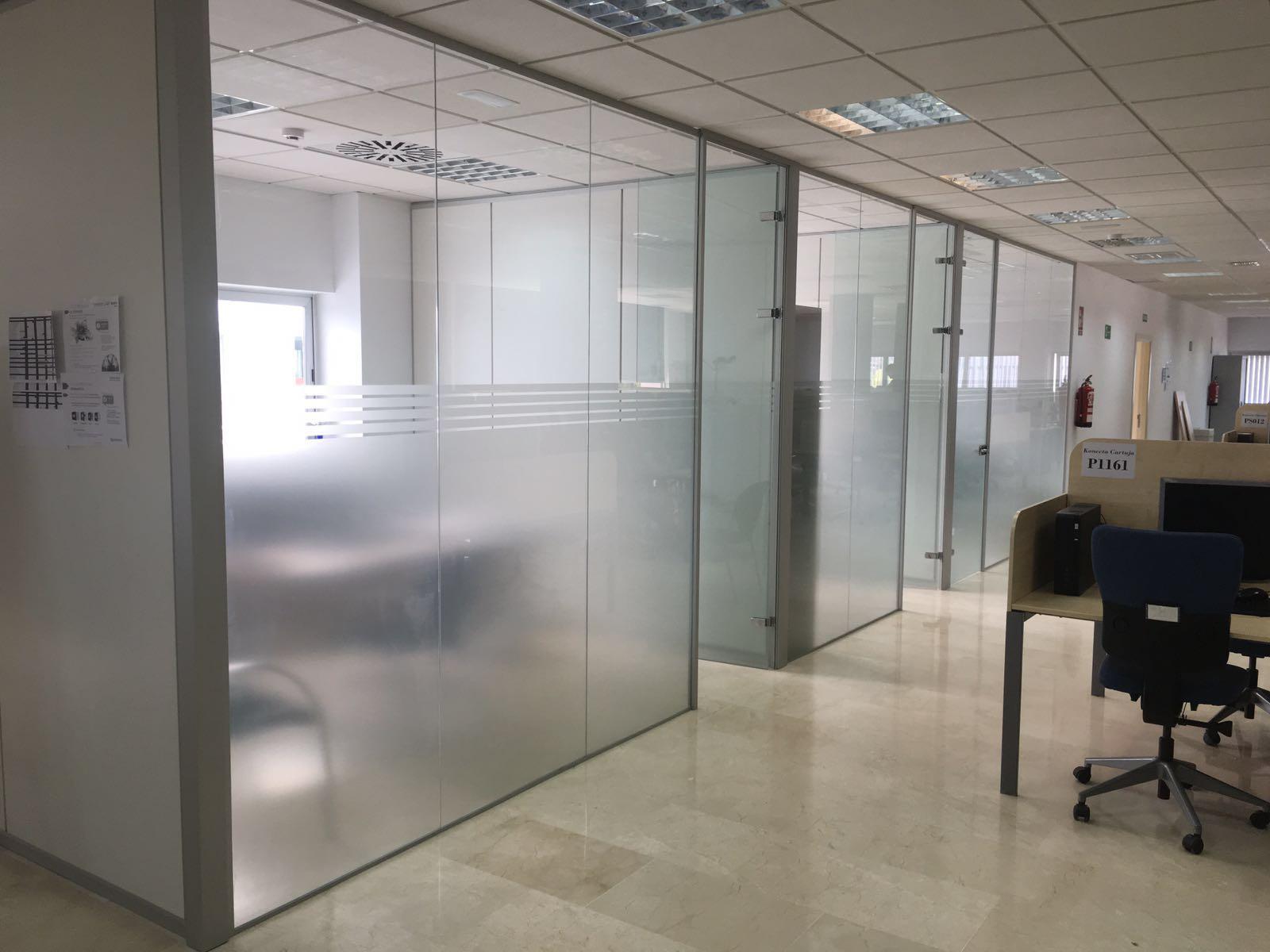 Mobiliario de oficina para un call center en sevilla for Mamparas de oficina sevilla