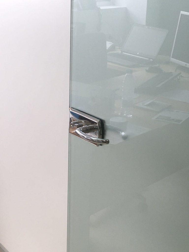 Puerta de despacho en cristal rotulado con efecto ácido.