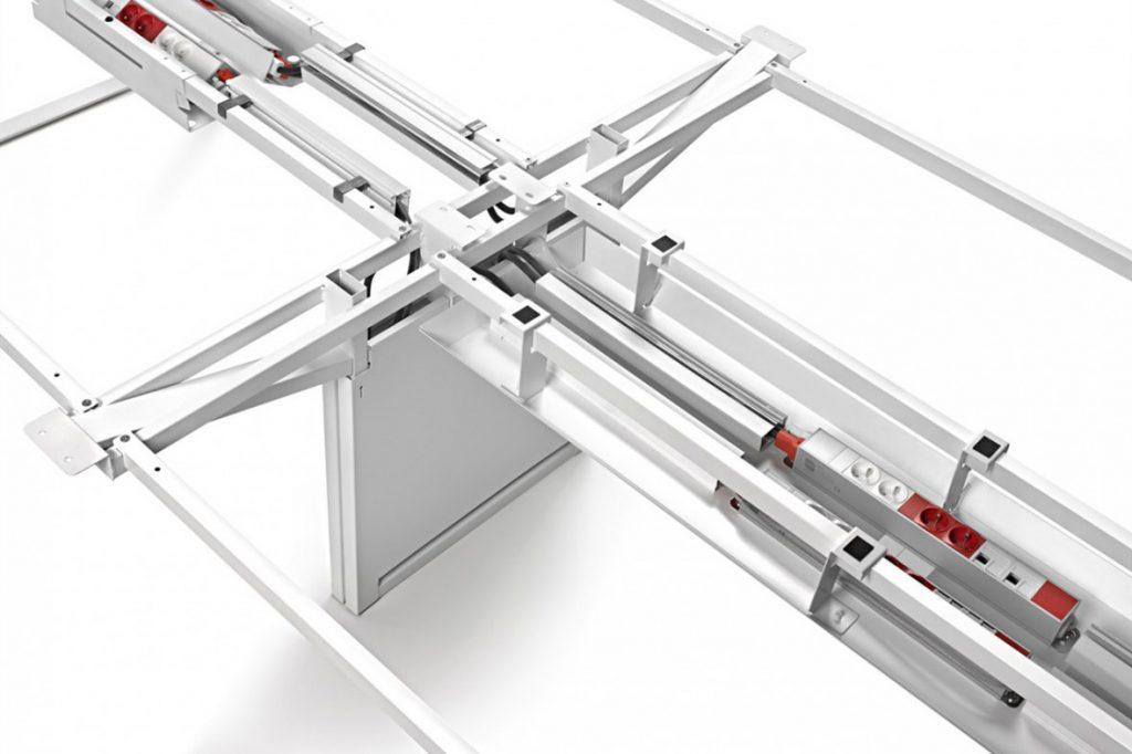 Adapta Plus incorpora múltiples mejoras como la doble viga estructural, la pata panelada electrificada, la bandeja y canalizaciones pasacables y una solución integral para la electrificación, entre otras novedades.
