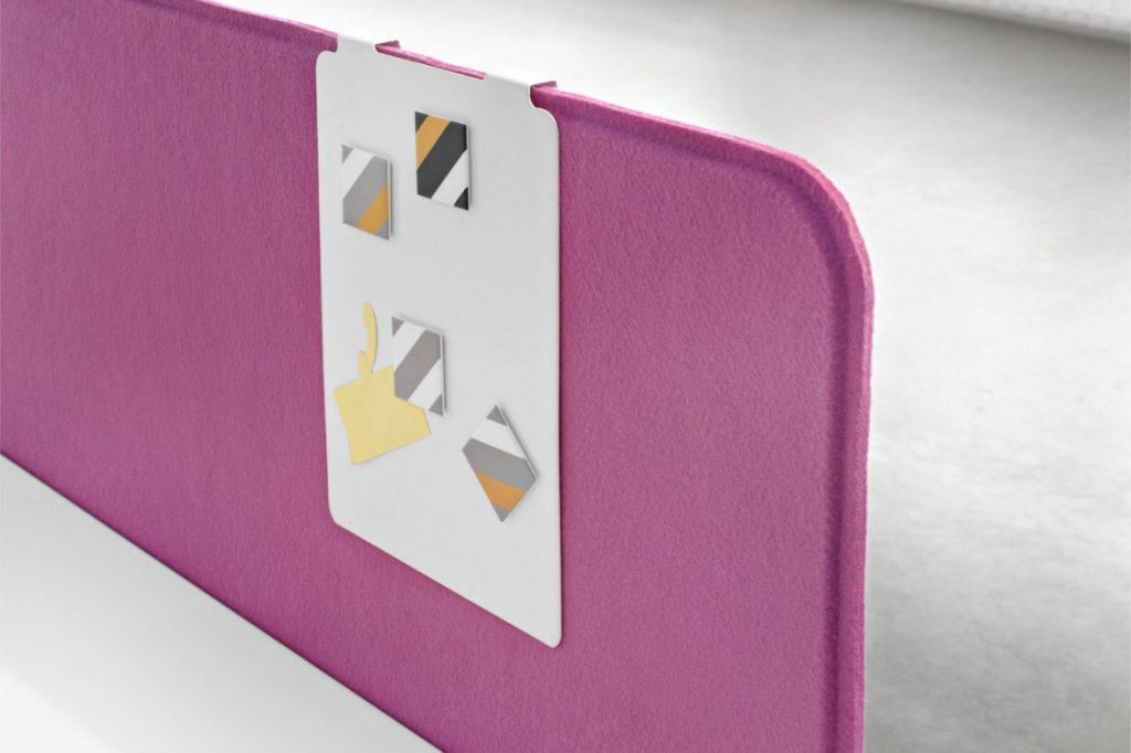 Panel Slim fabricado con tejido acústico, que proporciona un notable rendimiento fonoabsorbente.