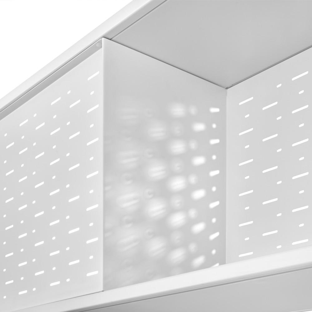 Traseras metálicas microperforadas que consiguen un juego de sombras y profundidades.