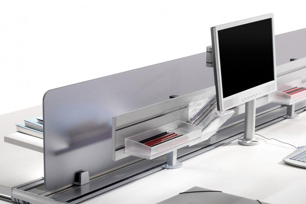 El sistema central de canalización dispone de 3 ranuras que permiten, fácilmente, incorporar distintos accesorios como estantes, paneles separadores o soportes de pantalla.