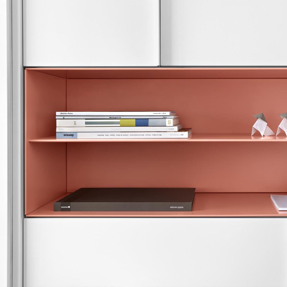 Módulo metálico con divisor horizontal para organizar los espacios.
