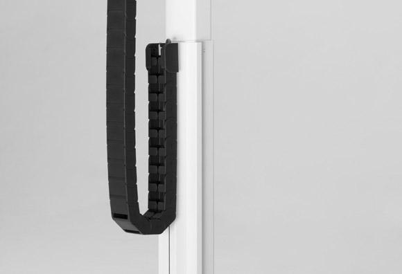 PC TECH, cadena porta-cables para una óptima electrificación, la cadena se desliza sobre si misma al cambiar la altura de la mesa