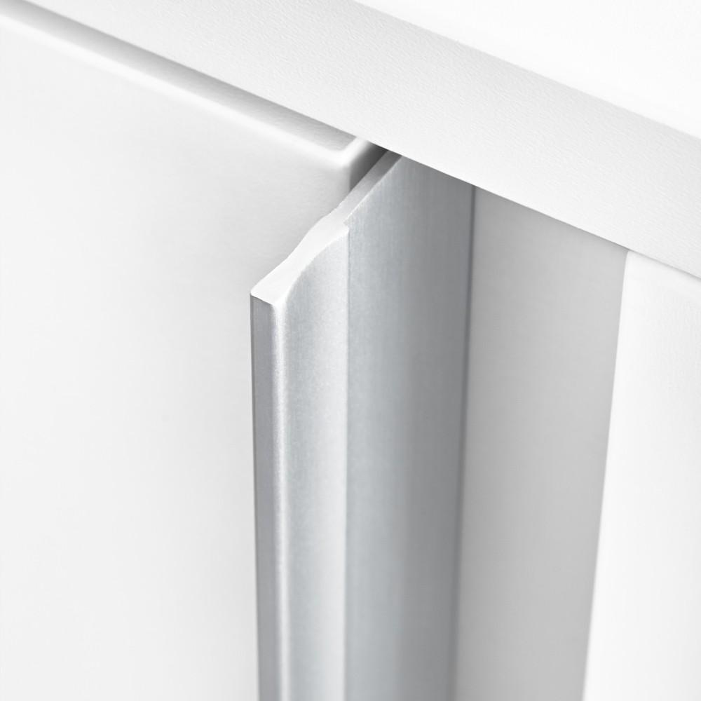 El tirador destaca por la pureza y elegancia de sus líneas, consiguiendo una armonía y combinación con el mueble.