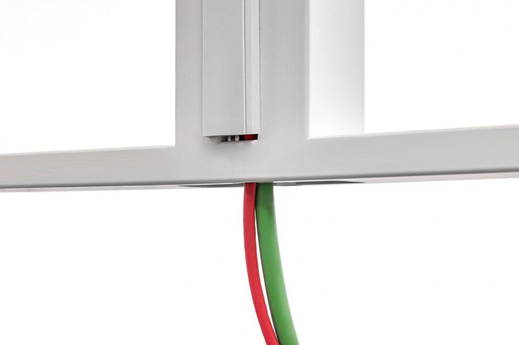Canal flexible integrado en todas las patas finales para la correcta separación de cable eléctrico y voz-datos.