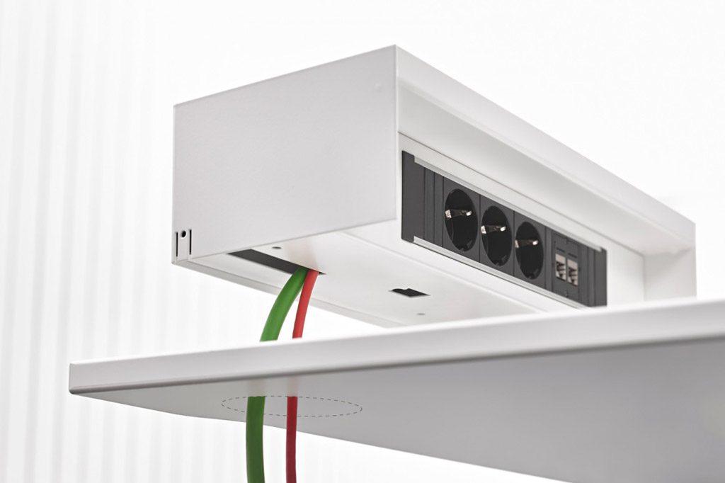 """Accesorio de sobremesa electrificable, removible y adaptable a todas nuestras bases de enchufe """"Power Solutions"""", con salida inferior y lateral de cables."""